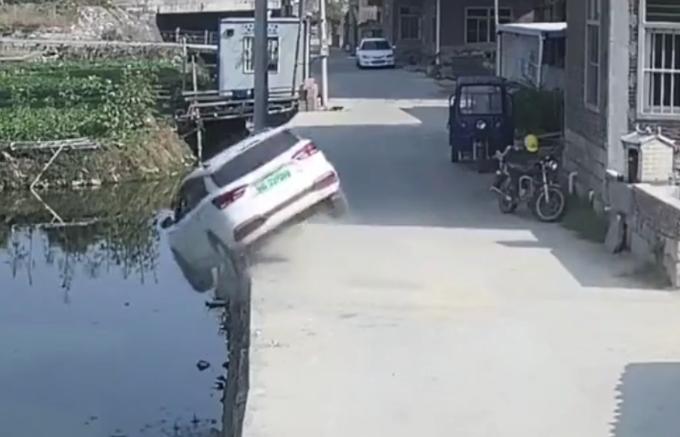 小车落水命悬一线,村民7分钟救4命